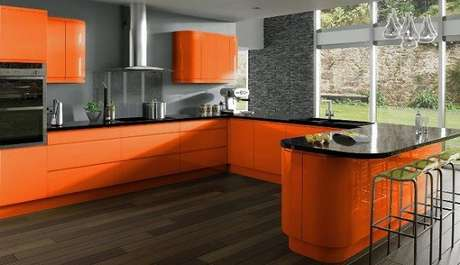 19. As cores para cozinha em tons fortes transformam o ambiente mais alegre e moderno.