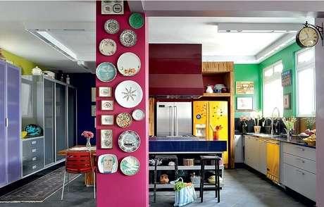 27. Várias cores para cozinha no mesmo ambiente.