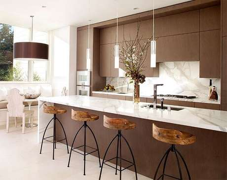 15. Cores para cozinha em tom marrom deixam o ambiente sóbrio e sofisticado.
