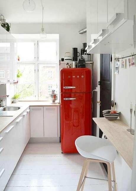 9. Cores para cozinha branca com geladeira retrô vermelha – Foto: Lifestyle
