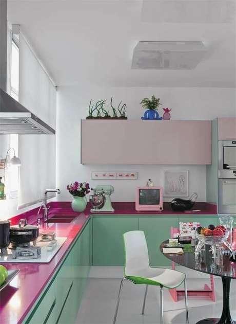 44. Cores para cozinha vede e rosa – Foto: Simples Decoração