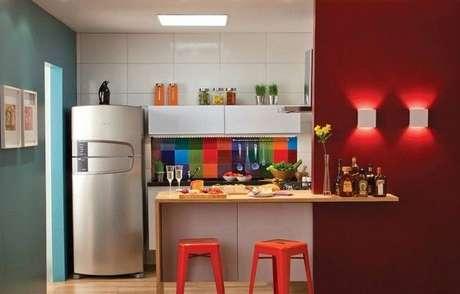 2. Cores para cozinha vibrantes nas paredes e móveis.