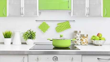 31. Cores para cozinha branca com acessórios verde limão.