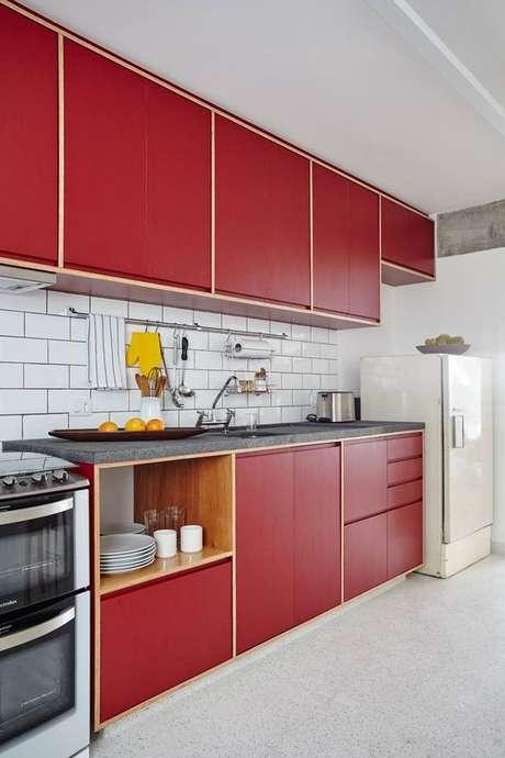 55. Cores para cozinha vermelha com revestimento branco – Foto: Ina Arquitetura