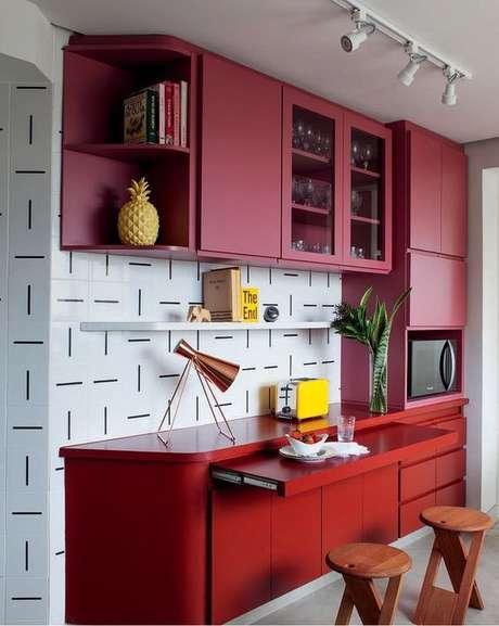 56. Cores para cozinha vermelha com papel de parede preto e branco – Foto: Lurca
