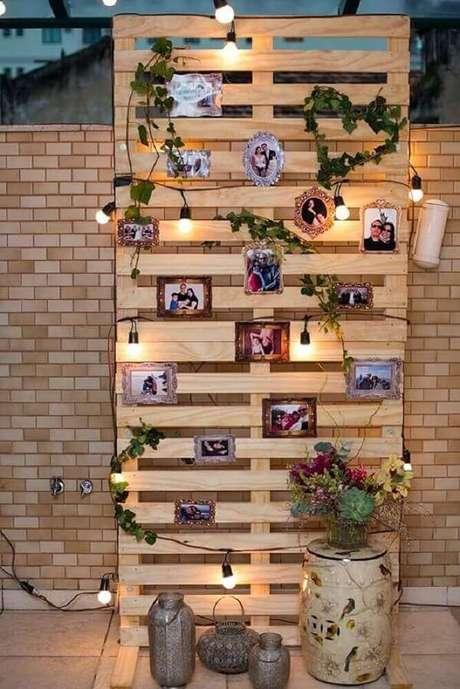 71- Utilize pallet na decoração de noivado para fixação dos fotos. Fonte: Pinterest