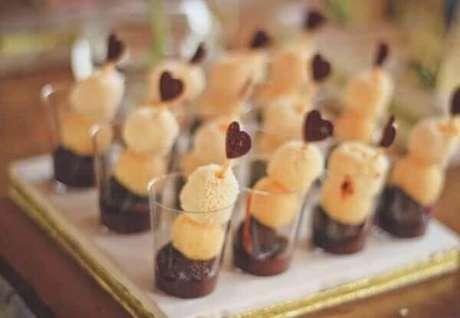 12- A decoração de noivado tem docinhos sobre a mesa com palitos decorados com pequenos corações. Fonte: Portais da Moda