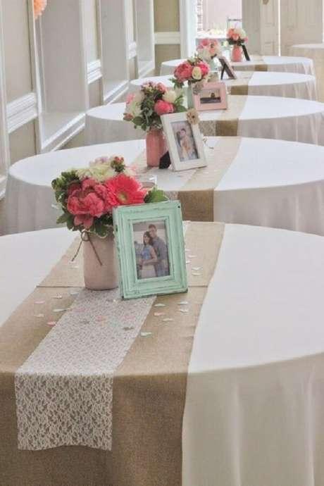 73- Decoração de noivado simples e delicada com porta retratos. Fonte: Virei Noiva