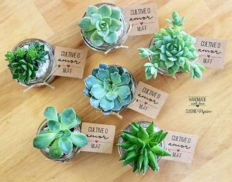 10- Para a decoração de noivado simples utilize as suculentas como lembrancinhas. Fonte: Cuisine ET Papier