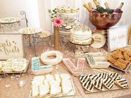 76- Decore a mesa do bolo com docinhos criativos. Fonte: Look Sharp Events