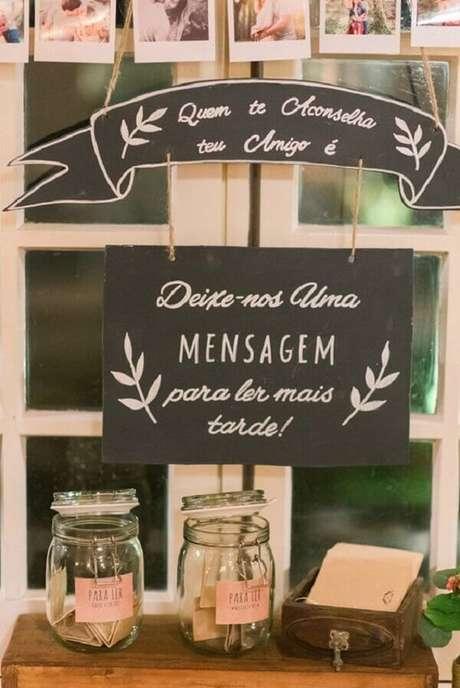 69- Decoração de noivado com painel e potes para mensagens. Fonte: Colher de chá noivas