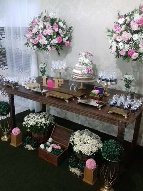 15- As flores são muitas usadas na decoração de noivado simples. Fonte: Luana Reis