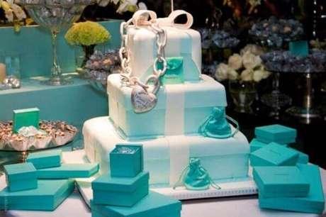 6- O bolo com tema descontraído complementa a decoração de mesa de noivado. Fonte: Moda sem Limites
