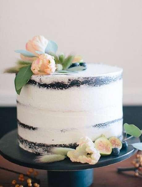 17- O bolo com acabamento rústico é muito usado em todos os estilos de decoração de noivado. Fonte: Canal da Decoração