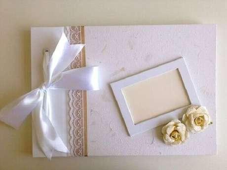 18- O caderno de mensagens é utilizado sobre a mesa principal na decoração de noivado. Fonte: Pinterest