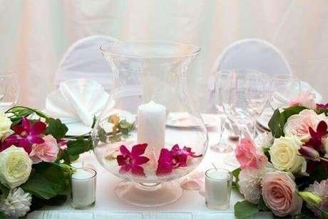 22- Na mesa de lembrancinhas a decoração de noivado é feita com castiçais e velas. Fonte: Dicas de Mulher