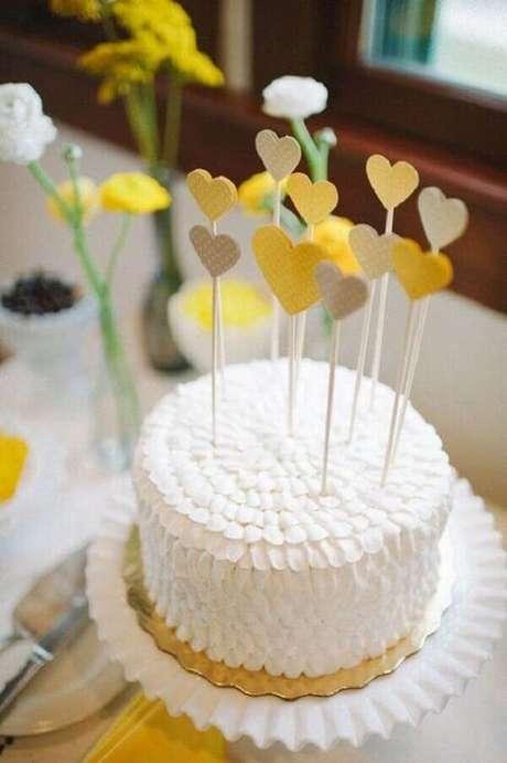 23- O bolo confeitado com corações amarelos completa a decoração de noivado. Fonte: Canal da Decoração