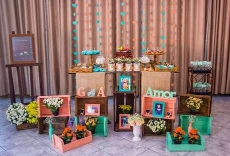 77- Utilize caixotes de madeira para compor a decoração de noivado. Fonte: Pinterest