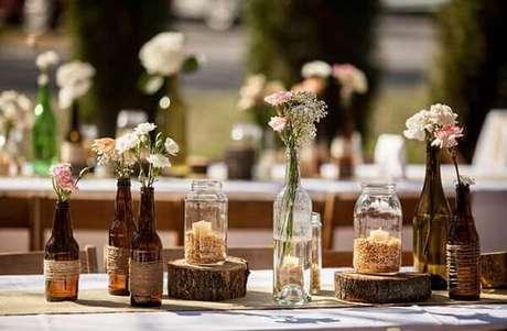 24- Na decoração de noivado simples é utilizado vários tipos de garrafas para enfeitar a mesa. Fonte: Lugar da Mulher