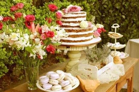 63- Na decoração de noivado a mesa principal deve ter um estilo romântico. Fonte: Pinterest