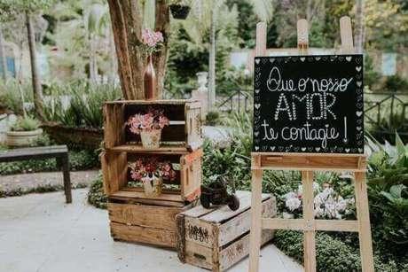 27- Caixotes de frutas e lousa fazem parte da decoração de noivado rústico. Fonte: Marina Novaes