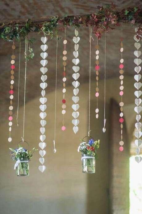 28- Móbiles com coraçõezinhos dão um toque romântico na decoração de noivado. Fonte: Cana da Decoração