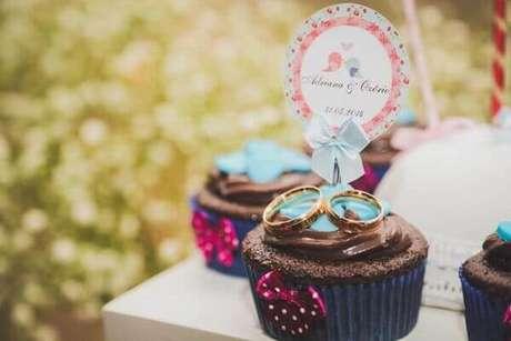 29- Cupcakes são confeitados com alianças para a decoração de noivado. Fonte: Casamentos