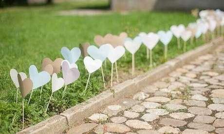 20- Na decoração de noivado o caminho para a festa é indicado por pequenos corações. Fonte: Pinterest
