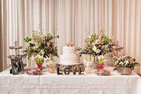 30- Na decoração de noivado tradicional um porta retrato com os noivos é colocado sobre a mesa. Fonte: Lápis de Noiva