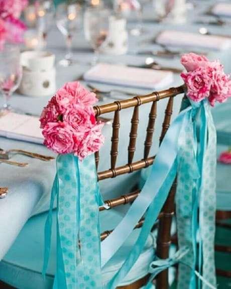 31- Na decoração de noivado as cadeiras são enfeitadas com tecido azul e rosa. Fonte: Meu Sonho É Casar