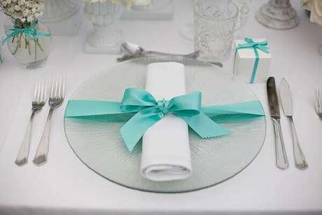 32- No jantar a decoração de noivado recebe fitas azuis para enfeitar a mesa. Fonte: Organizando meu casamento