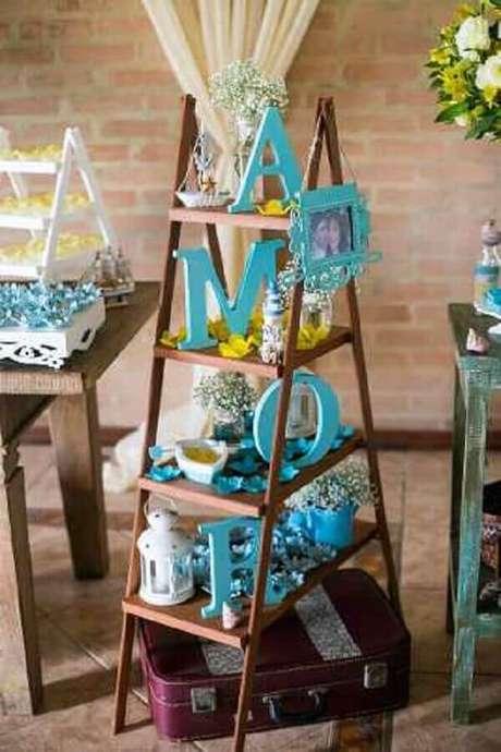34- Uma escada para decoração de noivado é usada como suporte de pequenos enfeites. Fonte: Pinterest