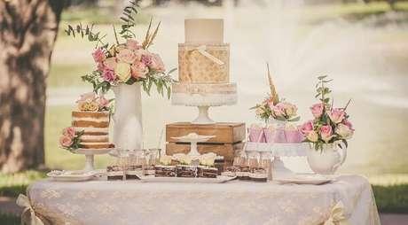 58- A decoração de noivado em tons claros tem um estilo romântico ideal para áreas externas. Fonte: Internovia