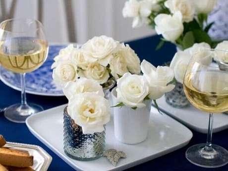 36- Pequenas rosas brancas para a decoração de noivado. Fonte: Guia Noiva Online