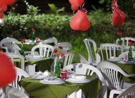 40- A cor vermelha realça a decoração de noivado em festa a céu aberto. Fonte: Vestidos de noiva