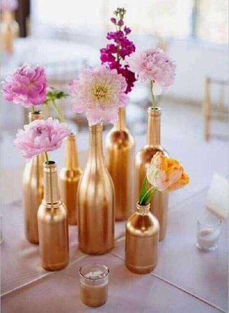 39- Garrafinhas como arranjos de flores é muito usado na decoração de noivado. Fonte: Enfim Noivei