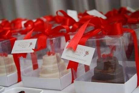 41- Na decoração de noivado as caixinhas com mini bolinhos são lembrancinhas entregues aos convidados. Fonte: Construindo Decor