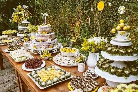 44- A decoração de noivado tem na cor amarela o tema central da festa. Fonte: ohlindeza