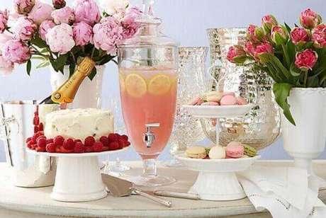 45- A decoração de noivado tem a mesa de festa simples com detalhes em branco e rosa. Fonte: Casa e Festa