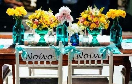 46- Na decoração de noivado as cadeiras dos noivos são marcadas com laços azuis. Fonte: Danilo Siqueira