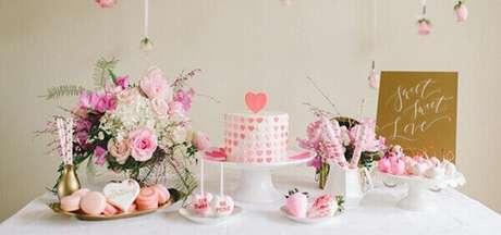 48- Os diversos tons de rosa fazem a decoração de noivado na mesa principal. Fonte: Casar É…