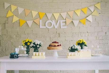 47- Na mesa de decoração de noivado o bolo com acabamento rústico é a principal atração da festa. Fonte: Ideias de Noivas