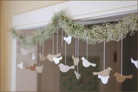 51- Na decoração de noivado as portas foram enfeitadas com passarinhos. Fonte: Casamento