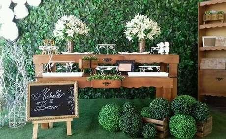 26- Decoração de noivado tem lousa com o nome dos noivos na recepção do evento. Fonte: Pinterest