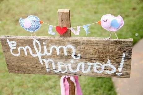 53- Utilize placas para a decoração de noivado. Fonte: Pinterest