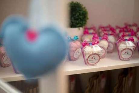 55- Na decoração de noivado os potinhos de lembrancinhas ficam próximos a porta de saída. Fonte: Pinterest