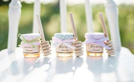 56- Os potinhos com mel na decoração de noivado são ótimas lembrancinhas. Fonte: eNoivado