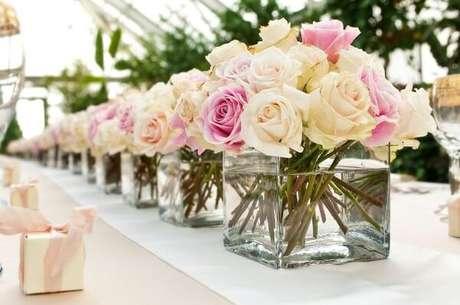 57- Na decoração de noivado os potes com flores idênticas são colocados alinhados para decorar o salão. Fonte: Noiva terapia
