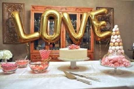 66- Na decoração de noivado simples na sala de estar foi utilizado letras em balões metálicos. Fonte: Pinterest