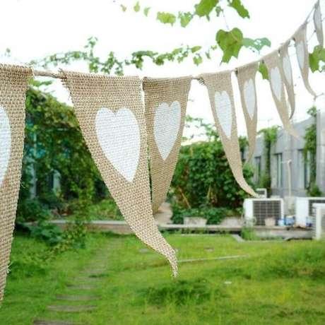59- Em áreas externas a decoração de noivado foi feita com bandeirinhas em juta. Fonte: Artesanato passo a passo ja